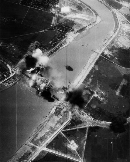 800px-a-7e_va-195_bombing_hai_duong_bridge_1972